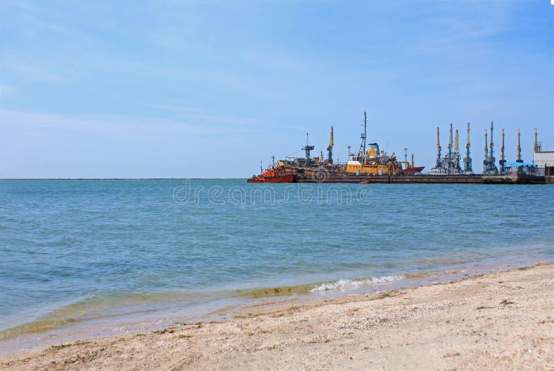 Opini?o do porto mar?timo Navios no cais do mar de Azov, Ucrânia, seascape, fundo da natureza, espaço da cópia imagem de stock