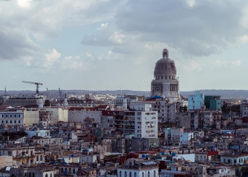 Opini?o do telhado sobre a cidade de Havana, Cuba imagem de stock royalty free
