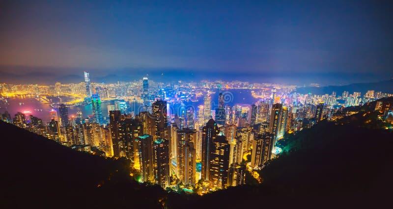 A opini?o a mais famosa Hong Kong no por do sol crepuscular A opini?o da arquitetura da cidade da skyline dos arranha-c?us de Hon fotografia de stock