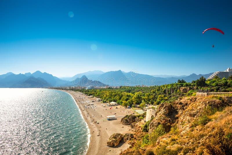 Opini?o panor?mico do p?ssaro de Antalya e seacoast e praia mediterr?neos com um paraglider, Antalya, Turquia imagem de stock