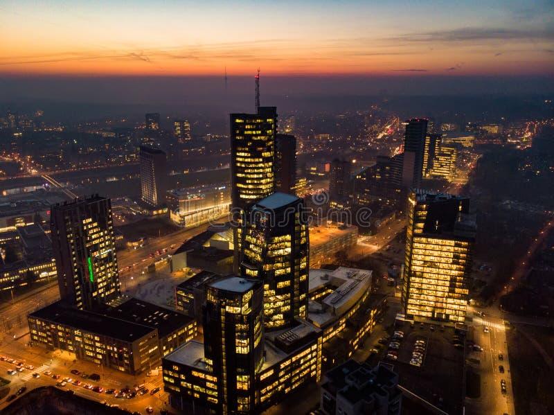 Opini?o a?rea da noite da cidade de Vilnius - capital lituana pelo olho do p?ssaro imagem de stock