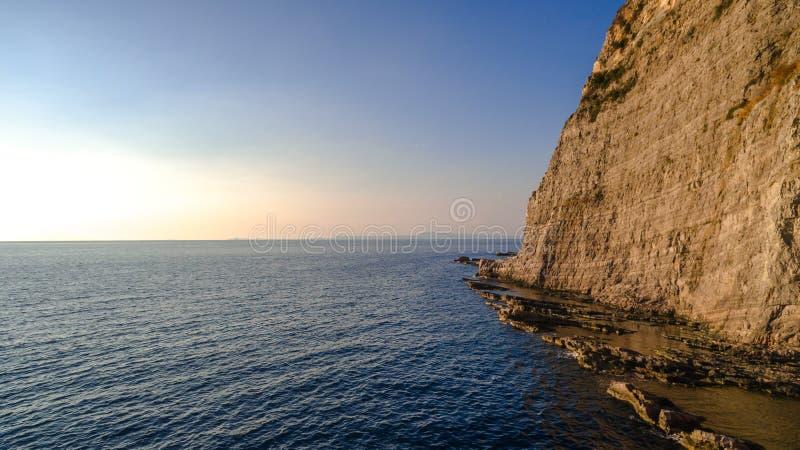 Opini?o a?rea panor?mico de SORRENTO, IT?LIA a costa de Sorrento, Amalfi em It?lia em um por do sol bonito da noite do ver?o imagem de stock royalty free