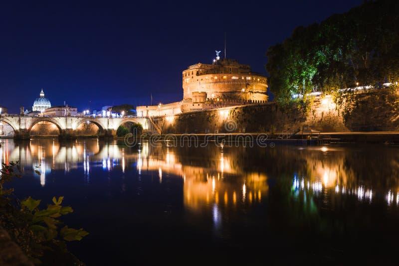 Opini?o rom?ntica da noite da arquitetura da cidade de Roma Panorama com basílica de St Peter e castelo e ponte de Angelo de Sain fotos de stock