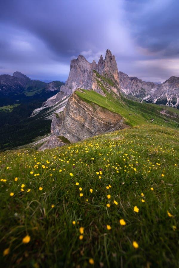 Opini?o surpreendente das paisagens da montanha verde com o c?u azul no ver?o das dolomites, It?lia fotos de stock royalty free