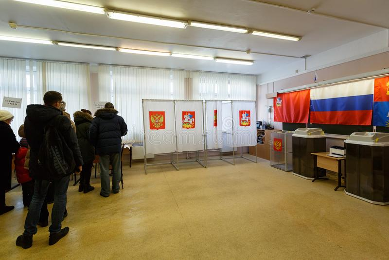 Opiniepeilingspost op een school voor Russische presidentsverkiezingen op 18 Maart, 2018 wordt gebruikt die Stad van Balashikha,  royalty-vrije stock afbeelding
