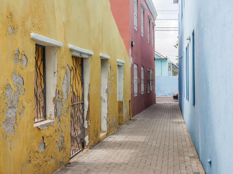 Opiniones amarillas y azules de Curaçao del distrito de Petermaai fotos de archivo