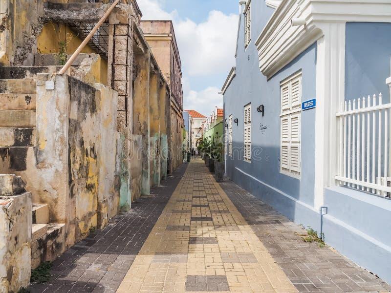 Opiniones amarillas y azules de Curaçao del distrito de Petermaai imágenes de archivo libres de regalías