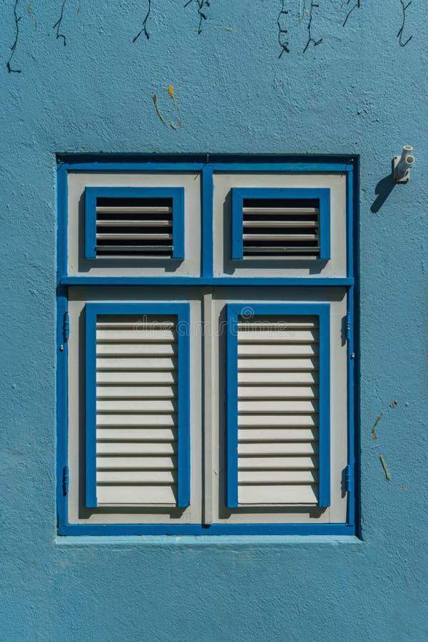 Opiniones azules de Otrobanda Curaçao de la ventana imágenes de archivo libres de regalías
