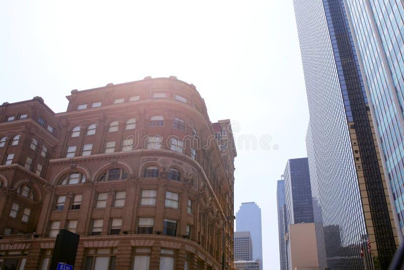 Opiniones céntricas de la ciudad de Dallas con los edificios imagen de archivo