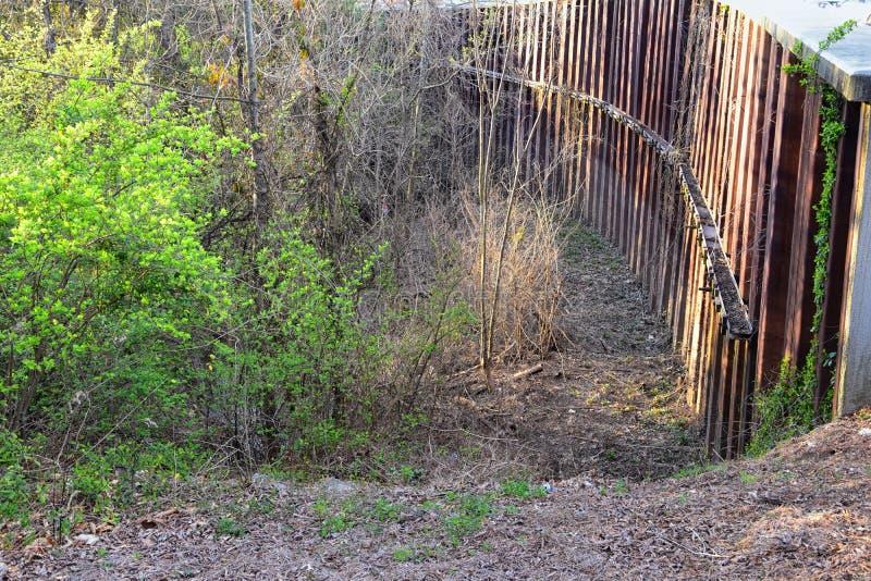 Opiniones de la barrera del aliviadero y de la inundación del dique del metal a proteger contra la inundación por Opryland a lo l imagen de archivo