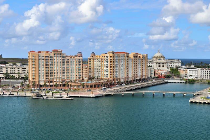 Opiniones de la costa costa y de la ciudad a lo largo de San Juan viejo, Puerto Rico fotos de archivo