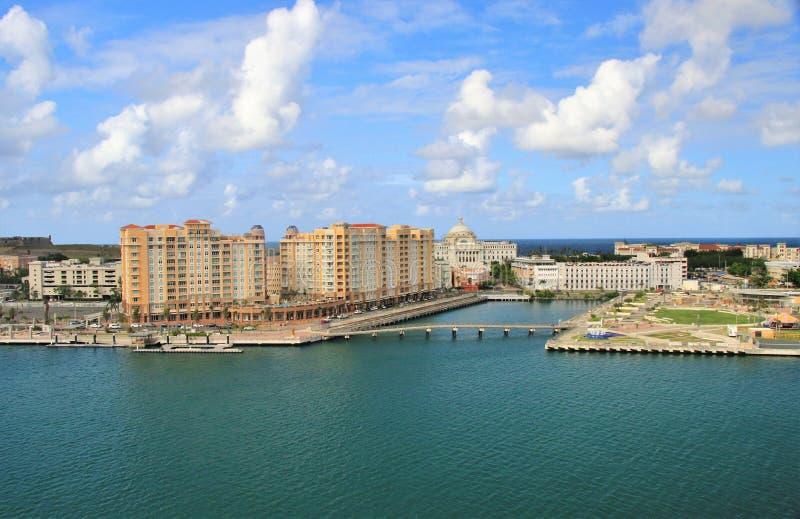 Opiniones de la costa costa y de la ciudad a lo largo de San Juan viejo, Puerto Rico imagenes de archivo