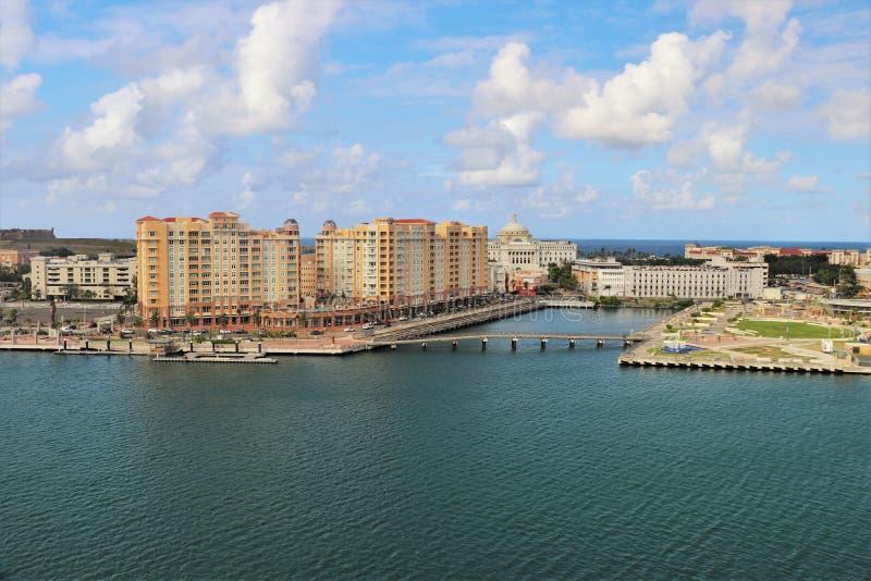 Opiniones de la costa costa y de la ciudad a lo largo de San Juan viejo, Puerto Rico foto de archivo libre de regalías