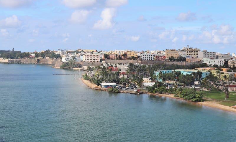 Opiniones de la costa costa y de la ciudad a lo largo de San Juan viejo, Puerto Rico imagen de archivo libre de regalías