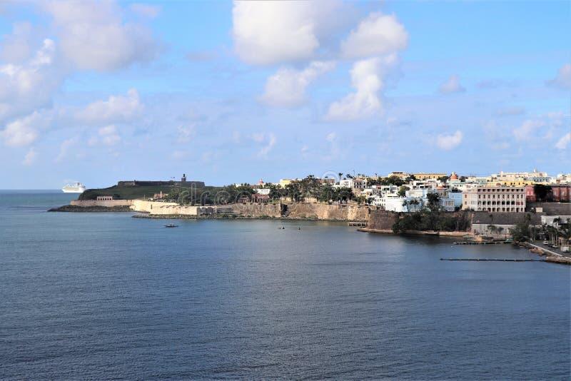 Opiniones de la costa costa y de la ciudad a lo largo de San Juan viejo, Puerto Rico fotos de archivo libres de regalías
