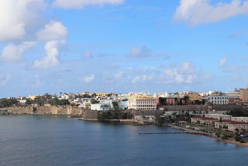 Opiniones de la costa costa y de la ciudad a lo largo de San Juan viejo, Puerto Rico fotografía de archivo