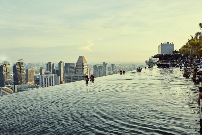 Opiniones de la piscina del infinito sobre ciudad en Singapur fotos de archivo libres de regalías