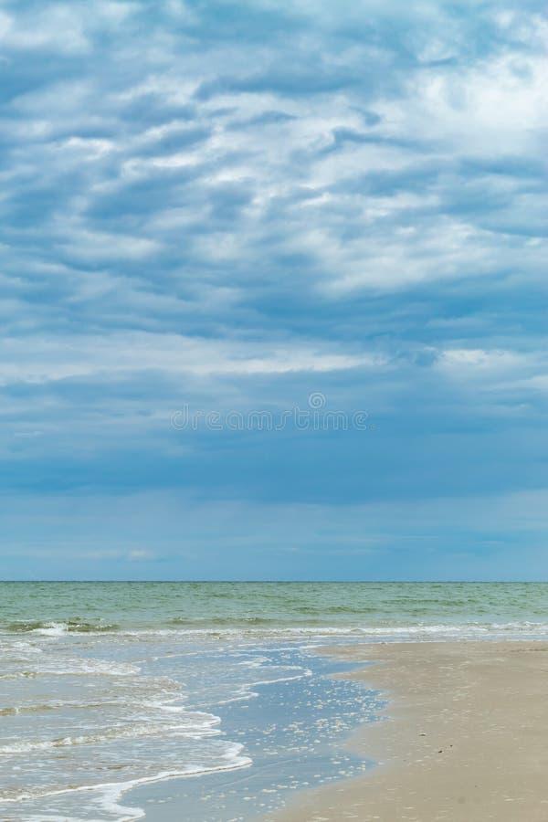 Opiniones de la playa Por el mar y el cielo fotografía de archivo