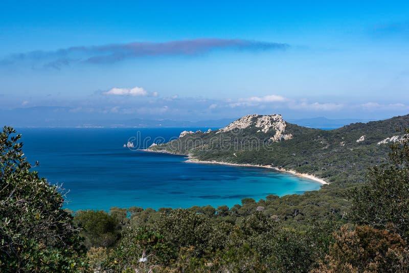 Opiniones de la playa y de la bahía de las colinas de la isla de Porquerolles en Provence fotos de archivo