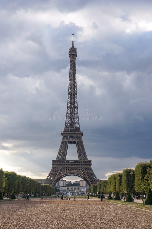 Opiniones de la puesta del sol de la torre Eiffel imagen de archivo libre de regalías