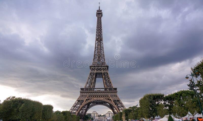Opiniones de la puesta del sol de la torre Eiffel fotografía de archivo
