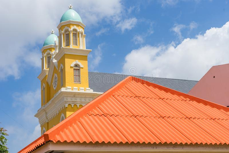 Opiniones de Otrobanda Curaçao de la catedral y del tejado fotografía de archivo