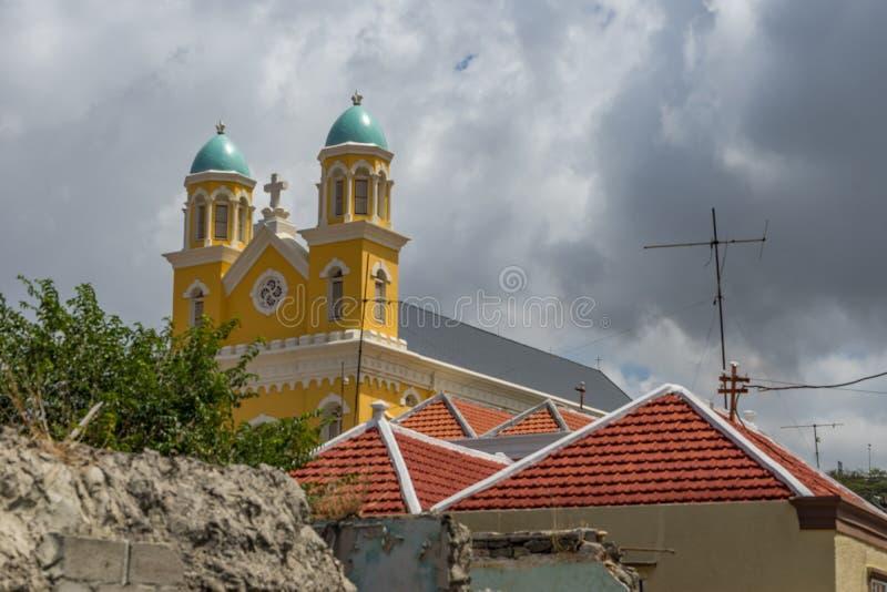 Opiniones de Otrobanda Curaçao de la catedral y del tejado foto de archivo