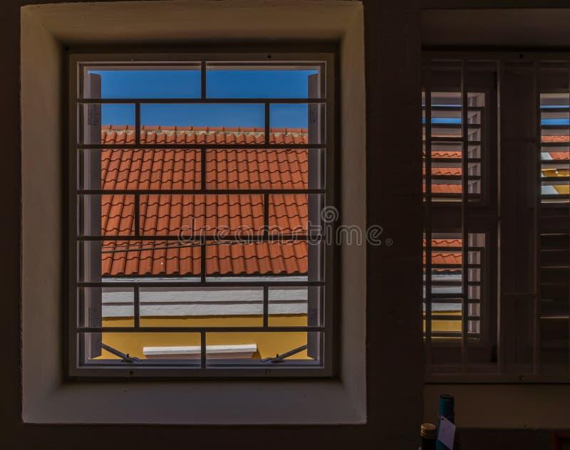 Opiniones de Otrobanda Curaçao de la parrilla y de la ventana foto de archivo