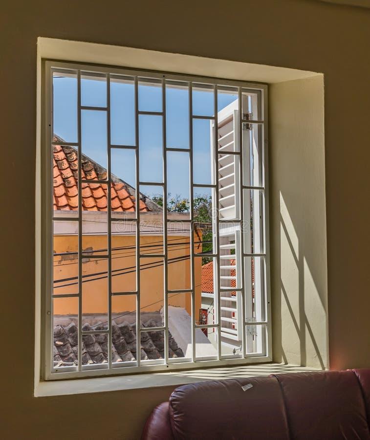 Opiniones de Otrobanda Curaçao de la parrilla y de la ventana imagen de archivo