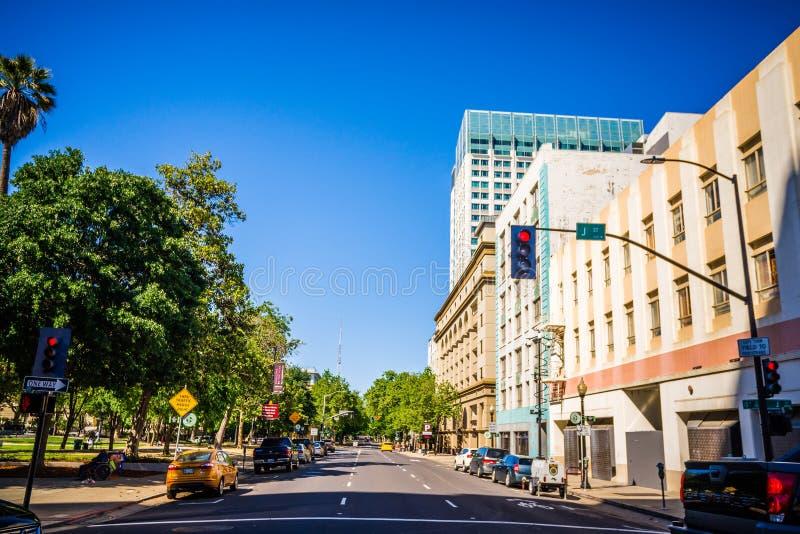 Opiniones del horizonte y de la calle de la ciudad de Sacramento California imagen de archivo
