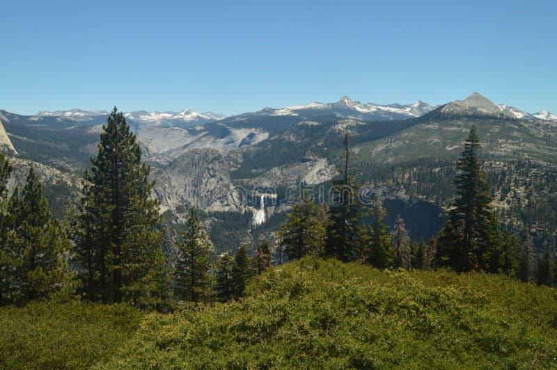 Opiniones maravillosas Forest From The Highest Part de una de las montañas del parque nacional de Yosemite Días de fiesta del via foto de archivo libre de regalías