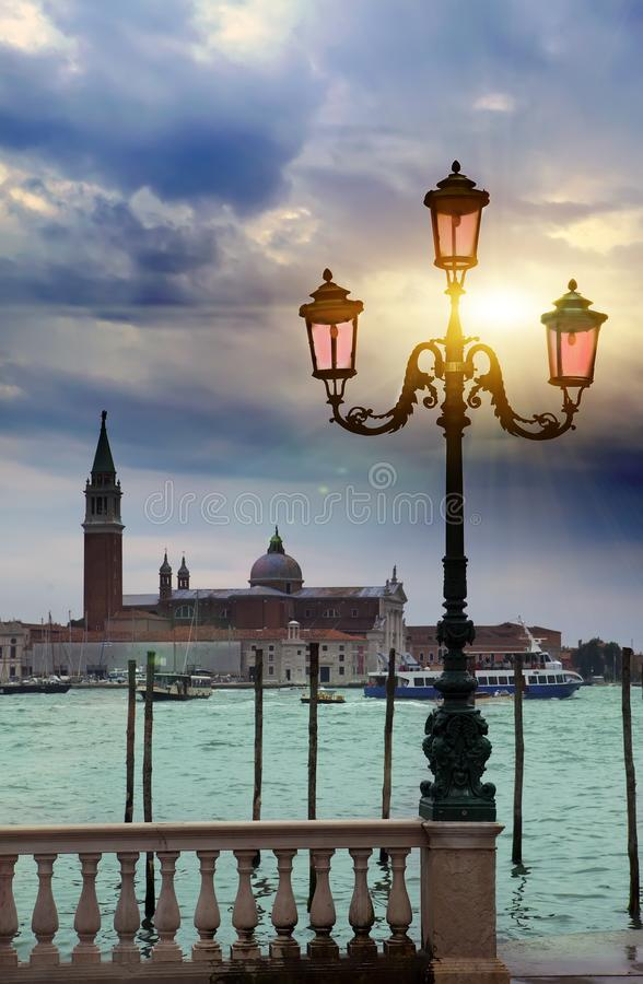 Opiniones románticas de la puesta del sol con la linterna rosada antigua en Grand Canal delante del Basilika San Giorgio Maggiore imágenes de archivo libres de regalías