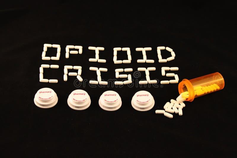 Opioidkrise formulierte mit weißen Pillen über einigen Verordnungsflaschendeckeln auf einem schwarzen Hintergrund stockbild