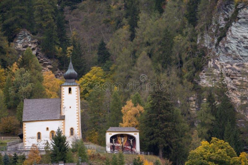 Opisywany sanktuarium przed górą - Austria fotografia stock