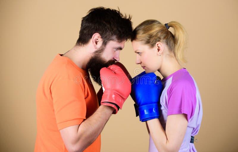 Opleiding met bus Gelukkige vrouw en gebaarde man training in gymnastiek ponsen, sportsucces sportkleding strijd knockout stock afbeeldingen