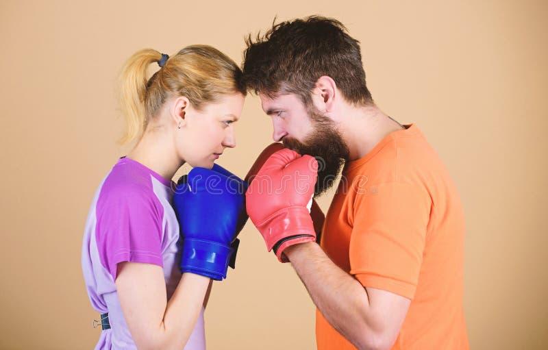 Opleiding met bus Gelukkige vrouw en gebaarde man training in gymnastiek ponsen, sportsucces sportkleding strijd knockout royalty-vrije stock foto's