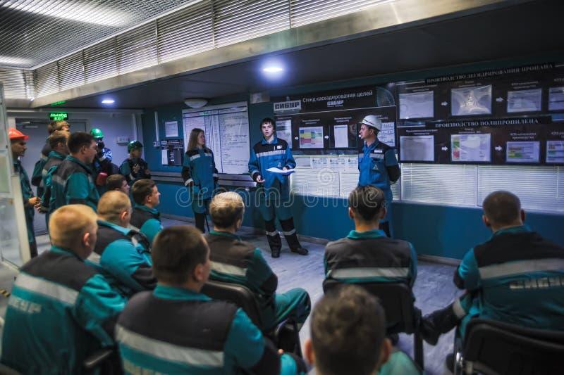 Opleiding van ingenieurs in controlekamer stock afbeeldingen