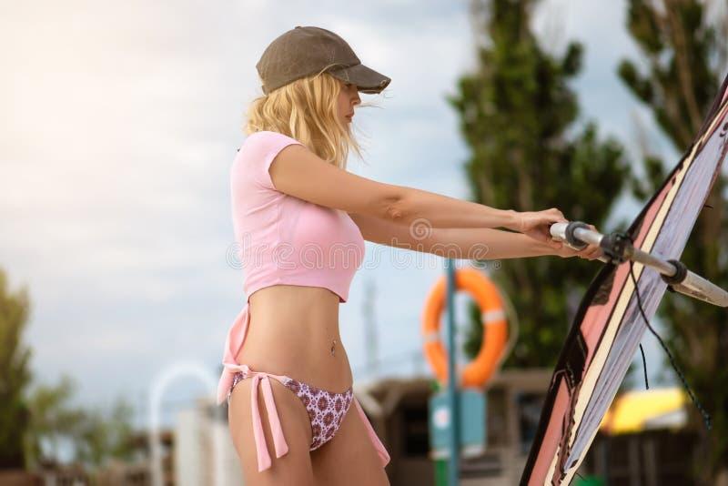 Opleidingsbeginner het windsurfing met behulp van de vleugel van de simulator en de raad ter plaatse royalty-vrije stock foto