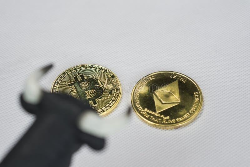 Oplopende markt in crypto munt Stier boven Bitcoin en Ethereum-muntstuk stock foto