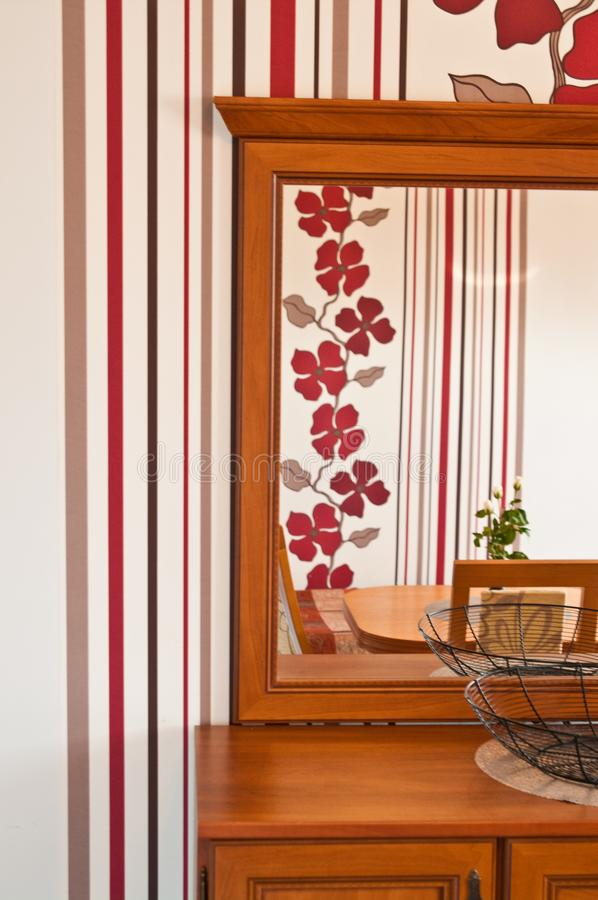 Opmaker met een spiegel en een rood strepenbehang royalty-vrije stock foto's