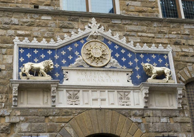 Opmerkelijke marmeren frontispice boven de ingangsdeur aan Palazzo Vechio stock foto