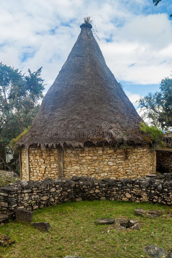 Opnieuw opgebouwd huis bij de ruïnes van oude stad Kuelap in noordelijke Pe stock afbeelding
