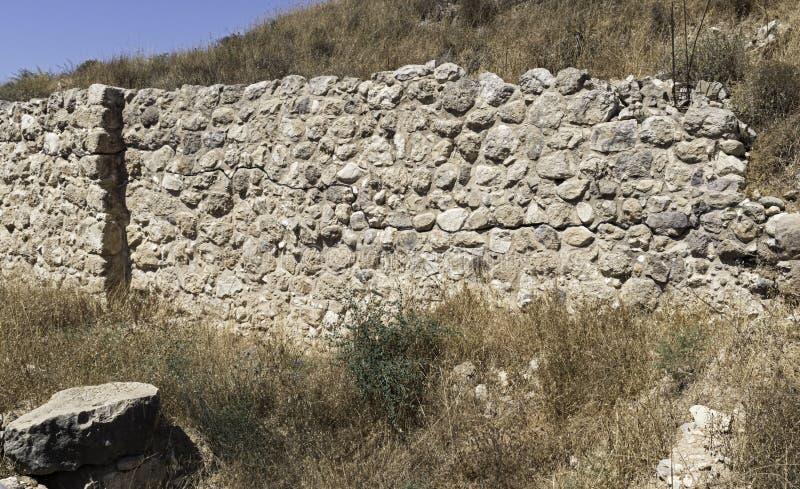 Opnieuw opgebouwde Stadsmuur bij Tel. Lachish in de Judean-Heuvels in Israël stock foto's