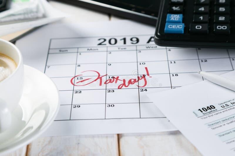 Opodatkowywa dnia pojęcie - kalkulator, kalendarz, podatek forma obraz royalty free