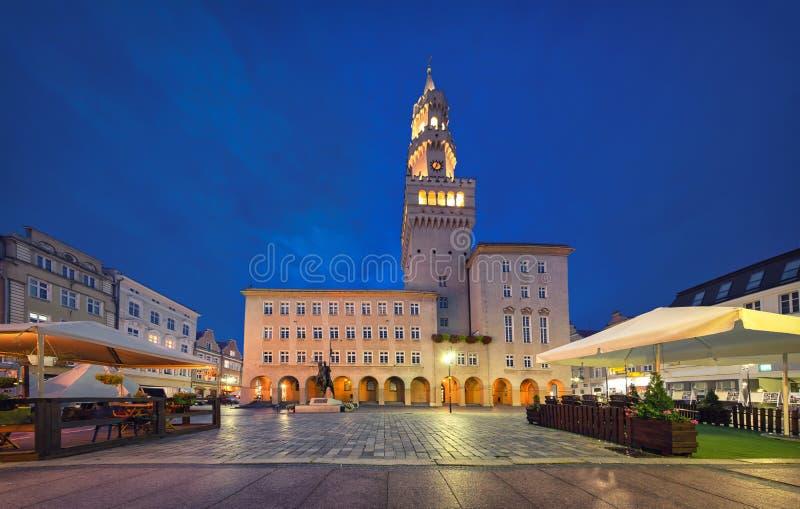 Opole, Polônia Vista do quadrado de Rynek ao anoitecer foto de stock royalty free