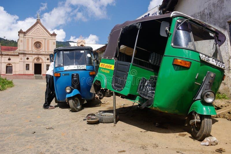 Opona Tuku tuk ono naprawia w Sri Lanka zdjęcia stock