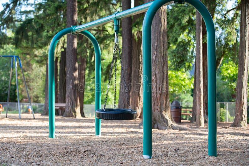 Opony huśtawka dla dzieciaków na boisku obrazy royalty free