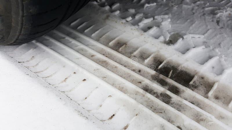 Opony letnie zimą na śniegu zdjęcia royalty free