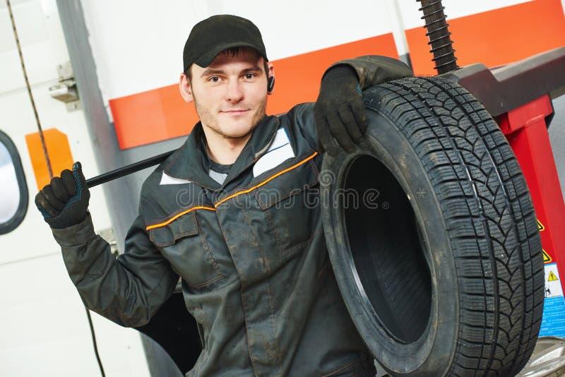 Opony repairman auto mechanik obraz stock