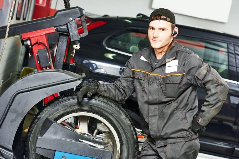 Opony repairman auto mechanik zdjęcie royalty free